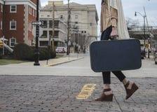 Φέρνοντας βαλίτσα κοριτσιών που διασχίζει το δρόμο Στοκ Εικόνα