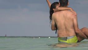 Φέρνοντας γυναίκα ανδρών στο νερό απόθεμα βίντεο