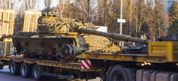 Φέρνοντας δεξαμενές τραίνων φορτίου σε μια πλατφόρμα φορτίου Στοκ εικόνες με δικαίωμα ελεύθερης χρήσης
