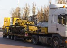 Φέρνοντας δεξαμενές τραίνων φορτίου σε μια πλατφόρμα φορτίου Στοκ Εικόνες