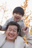 Φέρνοντας εγγονός παππούδων στους ώμους του Στοκ φωτογραφία με δικαίωμα ελεύθερης χρήσης