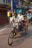 Φέρνοντας επιβάτης δίτροχων χειραμαξών κύκλων στο Νέο Δελχί, Ινδία στοκ φωτογραφίες με δικαίωμα ελεύθερης χρήσης