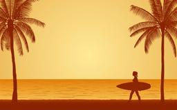 Φέρνοντας ιστιοσανίδα surfer σκιαγραφιών θηλυκή στην παραλία κάτω από το υπόβαθρο ουρανού ηλιοβασιλέματος στο επίπεδο σχέδιο εικο Στοκ Εικόνες