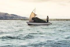 Φέρνοντας κάλαμοι tortora λεμβούχων που χρησιμοποιούνται για την κατασκευή και την επισκευή των σπιτιών και βάρκες από τη τοπική  στοκ εικόνες