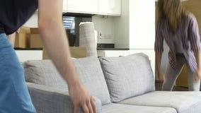 Φέρνοντας καναπές ζεύγους καθώς κινούνται στο νέο σπίτι απόθεμα βίντεο