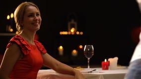 Φέρνοντας κιβώτιο δώρων φίλων εορτασμού ημέρας βαλεντίνων για την κυρία, ρομαντικό γεύμα απόθεμα βίντεο