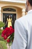 Φέρνοντας λουλούδια ατόμων αφροαμερικάνων στη σύζυγο Στοκ εικόνες με δικαίωμα ελεύθερης χρήσης