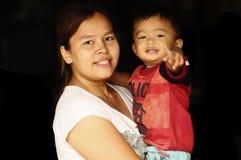 φέρνοντας παιδί το mather της στοκ φωτογραφίες με δικαίωμα ελεύθερης χρήσης
