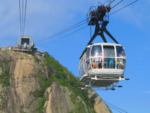 Φέρνοντας τουρίστες τελεφερίκ από το βουνό φραντζολών ζάχαρης στο Ρίο ντε Τζανέιρο Στοκ Εικόνα