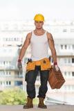 Φέρνοντας τούβλο εργατών οικοδομών Στοκ Εικόνες
