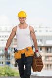 Φέρνοντας τούβλο εργατών οικοδομών Στοκ εικόνες με δικαίωμα ελεύθερης χρήσης