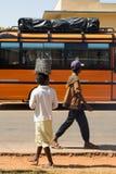 Φέρνοντας τσάντες αγορών γυναικών στο κεφάλι στοκ φωτογραφίες