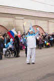 Φέρνοντας φανός Torchbearer στον ηλεκτρονόμο φανών Paralympic στοκ φωτογραφία με δικαίωμα ελεύθερης χρήσης