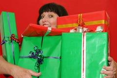 φέρνοντας δώρα Στοκ Φωτογραφίες
