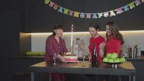 Φέρνοντας sparkler κέικ μητέρων στη γιορτή γενεθλίων απόθεμα βίντεο