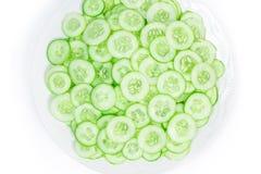 Φέτα αγγουριών στο πιάτο που απομονώνεται στο άσπρο υπόβαθρο Στοκ εικόνα με δικαίωμα ελεύθερης χρήσης