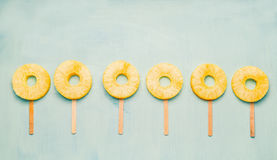 Φέτα ανανά popsicles στο ελαφρύ τυρκουάζ υπόβαθρο, τοπ άποψη τρόφιμα υγιή Στοκ εικόνες με δικαίωμα ελεύθερης χρήσης