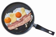 Φέτα από χοιρομέρι και αυγά μπέϊκον κοιλιών στο τεφλόν τηγανίζοντας τηγάνι που απομονώνεται Στοκ Εικόνα