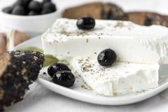 φέτα, ελιές, καρυκεύματα, τυρί, τουρσί, ελληνικά τρόφιμα στοκ φωτογραφίες με δικαίωμα ελεύθερης χρήσης
