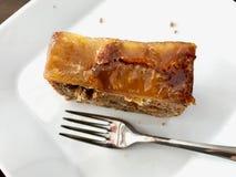 Φέτα κέικ ανανά και καρότων που εξυπηρετείται με το δίκρανο στο κατάστημα καφέδων στοκ φωτογραφία με δικαίωμα ελεύθερης χρήσης