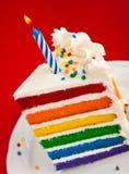 Φέτα κέικ γενεθλίων ουράνιων τόξων Στοκ εικόνες με δικαίωμα ελεύθερης χρήσης