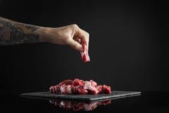Φέτα κρέατος που απομονώνεται στο μαύρο σύνολο μαγειρέματος Στοκ εικόνα με δικαίωμα ελεύθερης χρήσης