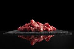 Φέτα κρέατος που απομονώνεται στο μαύρο σύνολο μαγειρέματος Στοκ Εικόνες