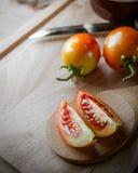 Φέτα ντοματών στην ξύλινη κουτάλα στοκ εικόνα με δικαίωμα ελεύθερης χρήσης