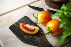Φέτα ντοματών στην ξύλινη κουτάλα στοκ εικόνα