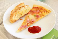Φέτα πιτσών και ψωμί σκόρδου στο πιάτο Στοκ Εικόνες