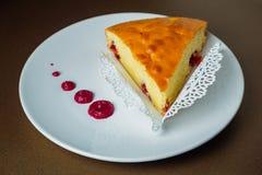 Φέτα πιτών κερασιών σε ένα άσπρο πιάτο με την κόκκινη σάλτσα Στοκ εικόνα με δικαίωμα ελεύθερης χρήσης
