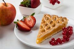 Φέτα πιτών της Apple στο άσπρο πιάτο με τα φρούτα Στοκ Φωτογραφία