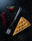Φέτα πιτών της Apple στο μαύρο πίνακα με τη σταφίδα και τη φράουλα Στοκ εικόνα με δικαίωμα ελεύθερης χρήσης