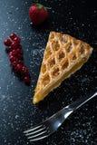 Φέτα πιτών της Apple στο μαύρο πίνακα με τη σταφίδα και τη φράουλα Στοκ Φωτογραφίες