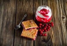 Φέτα της πίτας με τα τα βακκίνια και του γιαουρτιού με τη μαρμελάδα των βακκίνιων στο α Στοκ εικόνες με δικαίωμα ελεύθερης χρήσης