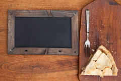 Φέτα της πίτας της Apple με διαμορφωμένο το καρδιά κάλυμμα κρουστών με τον πίνακα κιμωλίας Στοκ Εικόνες