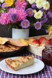 Φέτα της πίτας της Apple σε ένα πιάτο και μια ανθοδέσμη φθινοπώρου Στοκ Φωτογραφίες