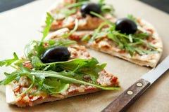 Φέτα της πίτσας Margherita με Arugula και τις ελιές Στοκ φωτογραφία με δικαίωμα ελεύθερης χρήσης