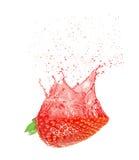 Φέτα της φράουλας με τον παφλασμό χυμού Στοκ Φωτογραφίες