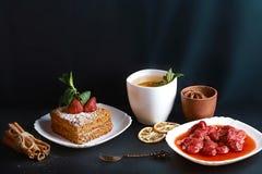 Φέτα του βαλμένου σε στρώσεις κέικ μελιού που διακοσμείται με το αστέρι γλυκάνισου, δίκρανο επιδορπίων, μέντα, ξηρά λεμόνια, ραβδ Στοκ φωτογραφία με δικαίωμα ελεύθερης χρήσης