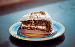 Φέτα του κέικ καρότων με το πάγωμα και τα αμύγδαλα κρέμας τυριών flak Στοκ φωτογραφία με δικαίωμα ελεύθερης χρήσης