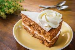 Φέτα του κέικ καρότων στο πιάτο Στοκ εικόνες με δικαίωμα ελεύθερης χρήσης