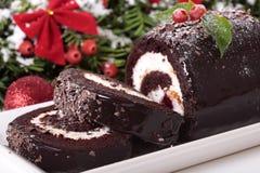 Φέτα του κέικ κούτσουρων Χριστουγέννων yule στο πιάτο με τη διακόσμηση Στοκ Εικόνα