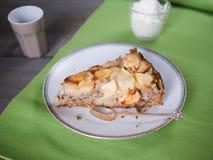 Φέτα του κέικ ξύλων καρυδιάς μήλων στοκ φωτογραφία