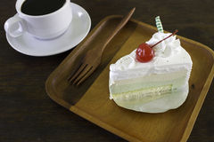 Φέτα του κέικ στρώματος σοκολάτας με τα μούρα και τη σάλτσα σοκολάτας Στοκ φωτογραφία με δικαίωμα ελεύθερης χρήσης