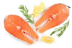 Φέτα του κόκκινου σολομού ψαριών με το λεμόνι και του δεντρολιβάνου που απομονώνεται στο άσπρο υπόβαθρο Τοπ όψη Επίπεδος βάλτε Στοκ Εικόνες