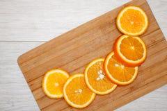 Φέτα του πορτοκαλιού στον ξύλινο πίνακα στοκ εικόνες με δικαίωμα ελεύθερης χρήσης