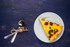 Φέτα του πρόσφατα ψημένου σπιτικού πίτα Λωρραίνη πιτών Στοκ εικόνες με δικαίωμα ελεύθερης χρήσης