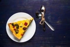 Φέτα του πρόσφατα ψημένου σπιτικού πίτα Λωρραίνη πιτών Στοκ Εικόνες