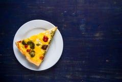 Φέτα του πρόσφατα ψημένου σπιτικού πίτα Λωρραίνη πιτών Στοκ φωτογραφία με δικαίωμα ελεύθερης χρήσης